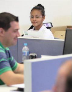Foto: Adolescente Aprendiz trabalhando em escritório