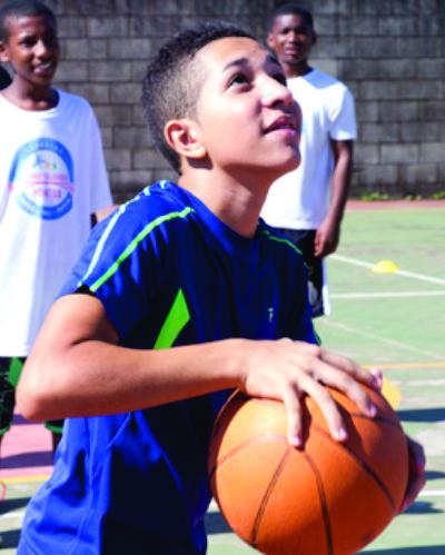 Foto: Menino jogando basquete com amigos