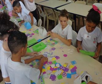 Foto: Alunos brincando com jogos pedagógicos