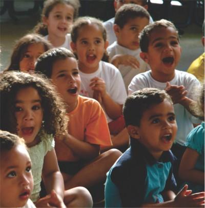 Foto: Crianças assistem uma apresentação de fantoches