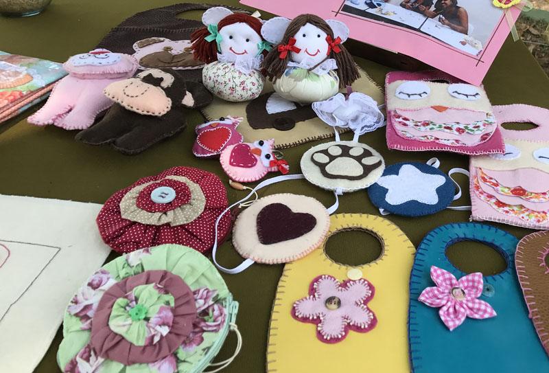 Foto: Uma mesa repleta de ítens de artesanato produzidos e vendidos pelo Grupo Primavera